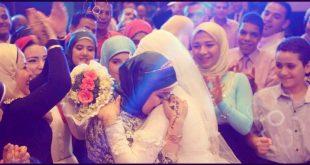 صوره صور صاحبة العروسة , فرحة صديقه العروسه بالعروسة فى ليله العمر