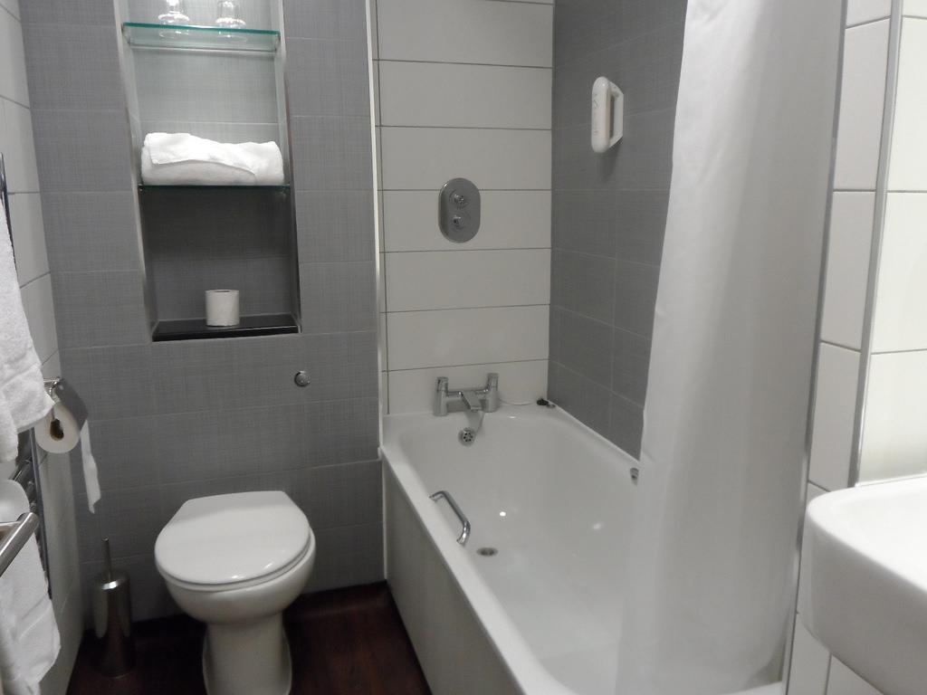 صور ديكورات حمامات صغيرة جدا وبسيطة , لو حمام بيتك صغير اختارلك ديكور